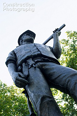 Building Worker bronze statue celebrating the lives of workers killed on building sites Tower hill L