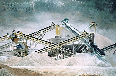 Crushers and conveyors for an aggregate production plant used for the concrete and asphalt of the hu