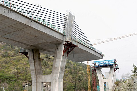 Concrete highway bridge at Pyungyuk in South Korea with extra dosed prestressed concrete box girder